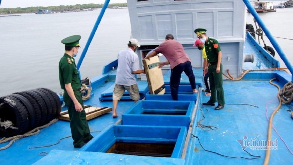 Bắt tàu cá chở 80.000 lít dầu không rõ nguồn gốc trên biển