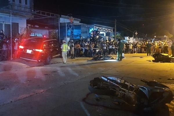 Ô tô 7 chỗ tông hàng loạt xe máy làm 2 người chết ở Quảng Nam