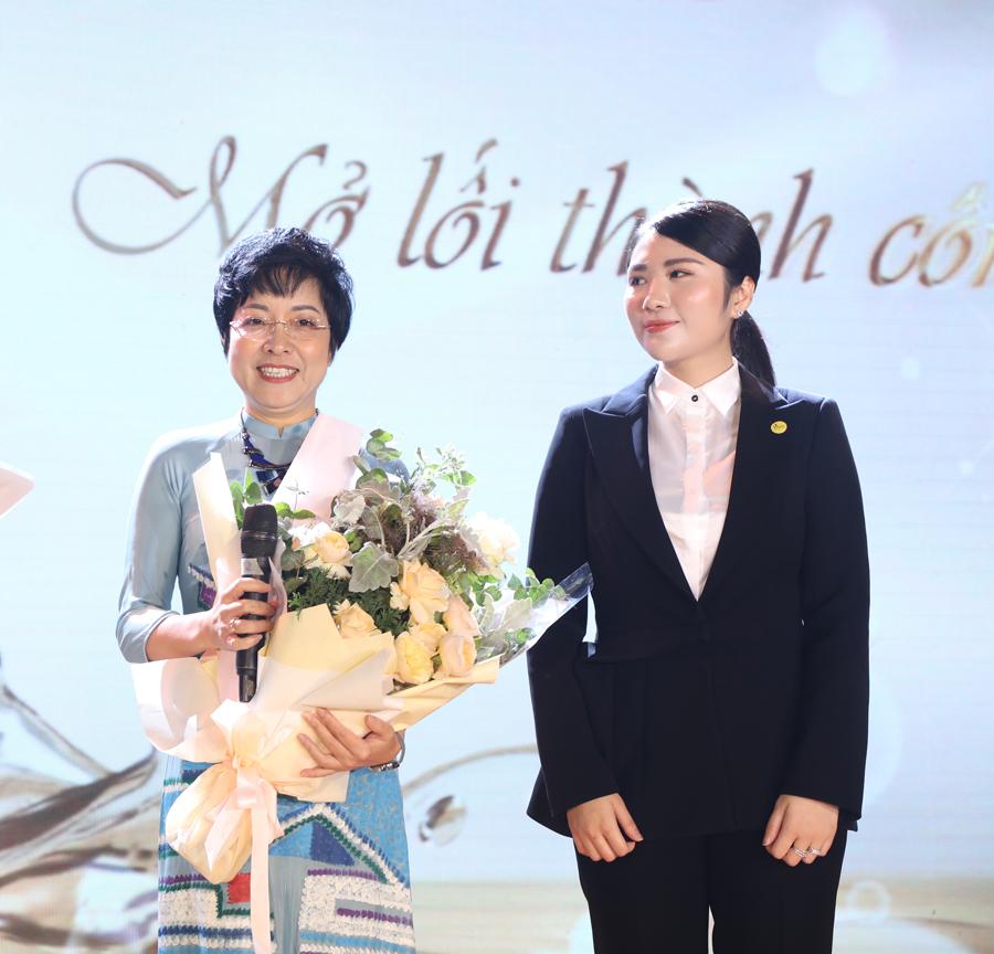 Vì sao MC Thảo Vân lại để con trai đi làm shipper?