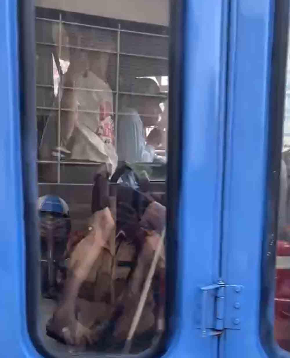 CSGT khống chế kẻ dùng dao đe doạ tài xế xe buýt ở Sài Gòn