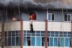 Người đàn ông nhảy xuống từ tầng 3 khi căn hộ cháy