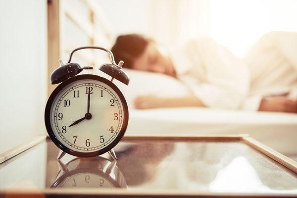 Ngủ nướng vào cuối tuần có hại như thế nào?