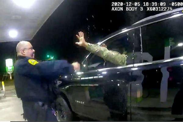 Đang ngồi xe, quân nhân da màu Mỹ bị cảnh sát rút súng đe dọa