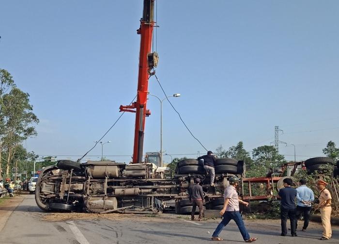 Xe kéo rơ moóc chở dầu lao vào dải phân cách, lật ngửa chắn ngang QL 1A
