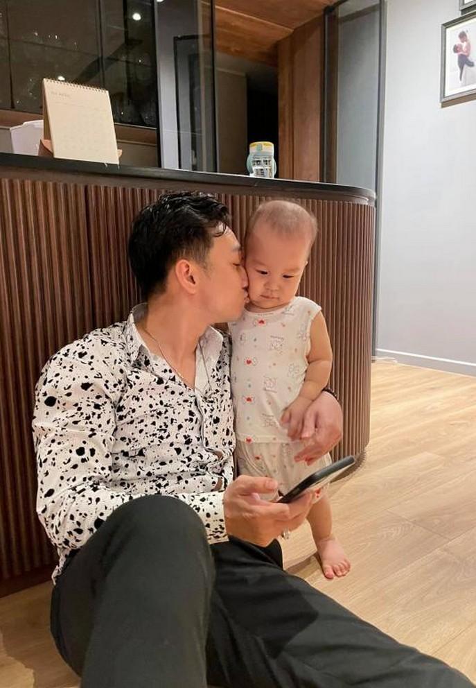 Khoảnh khắc hạnh phúc bên vợ con của NSND Tự Long