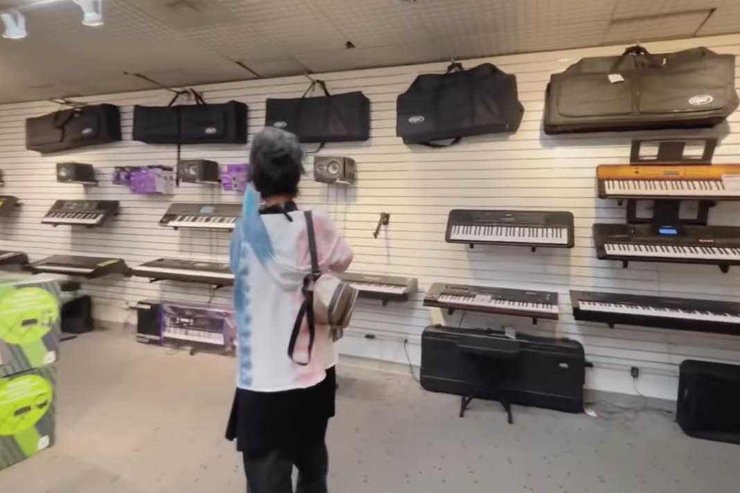 Ca sĩ Kim Ngân được danh hài Thuý Nga dẫn đi mua đàn tập hát