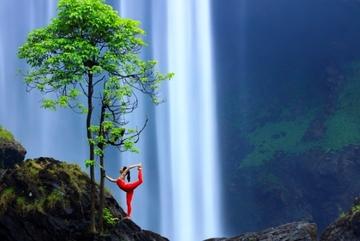Cô gái trình diễn yoga bên thác nước, giữa núi rừng Gia Lai