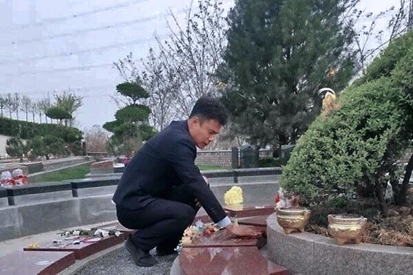 Cha xin làm việc tại nghĩa trang, giữ lời hứa 'luôn bên con gái'