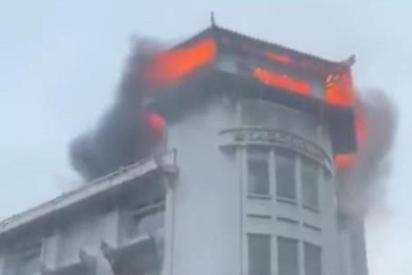 Cháy tầng cao khách sạn ba sao trung tâm Sài Gòn, nhiều người tháo chạy