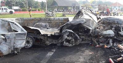 Tài xế ngủ gật khiến xe tải đâm vào lan can đường, cháy rụi