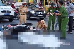 Lao xe máy vào đuôi ô tô 29 chỗ, người đàn ông tử vong