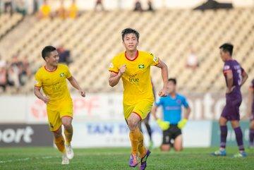 Phan Văn Đức tranh bàn thắng đẹp vòng 9 V-League với Hoàng Đức