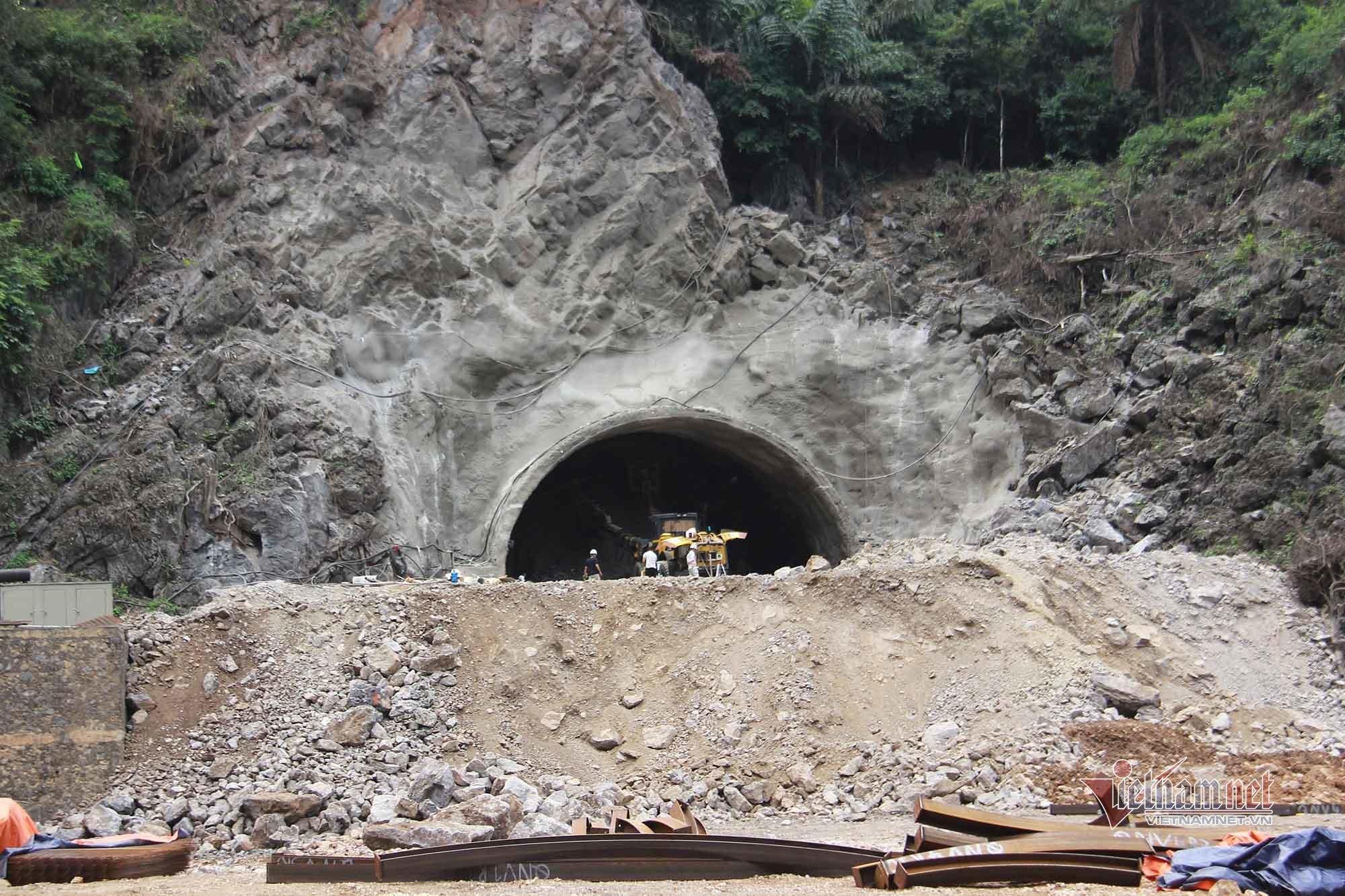 Hầm 250 tỷ xuyên 235m núi đá khó làm bậc nhất hiện nay ở Quảng Ninh