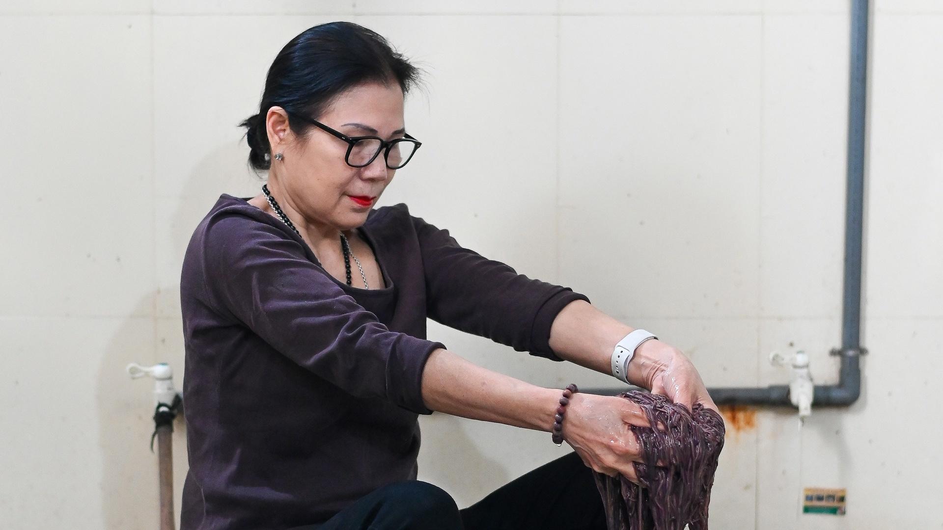 Nữ thiếu tá về hưu nuôi giun quế thu gần 6 tỷ mỗi năm