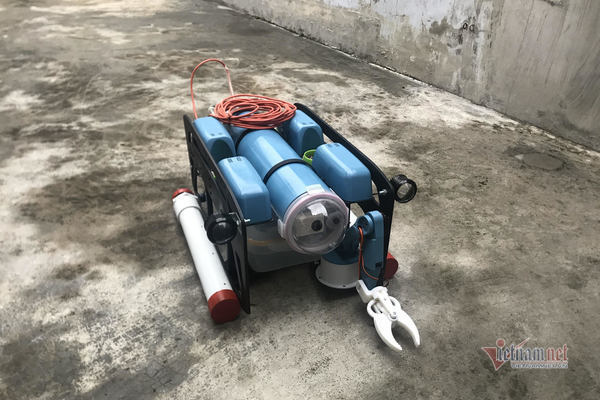 Student wins prize for submarine robot invention