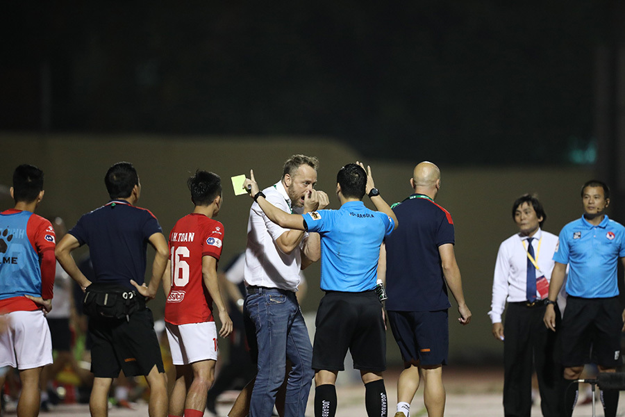 Trọng tài V-League gãy răng vì bị cầu thủ TPHCM tấn công