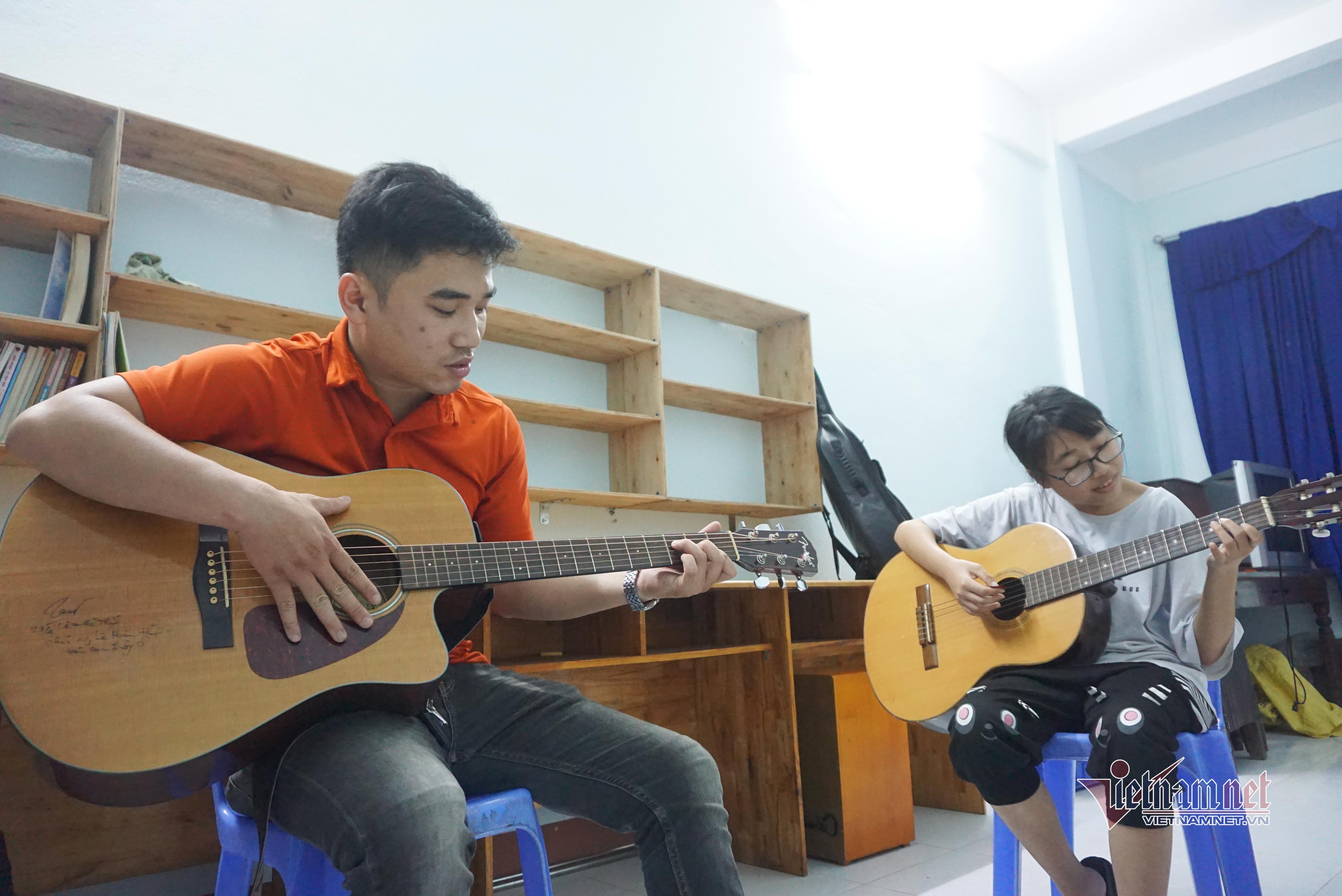 Lớp guitar đặc biệt của trung úy công an Đà Nẵng