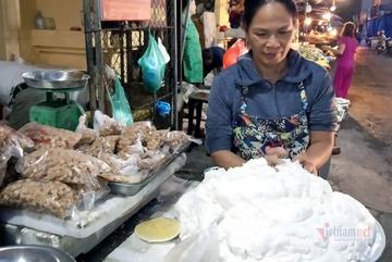 Chị em thi nhau làm bánh trôi bánh chay, sạp chợ ngày bán 2 tạ bột