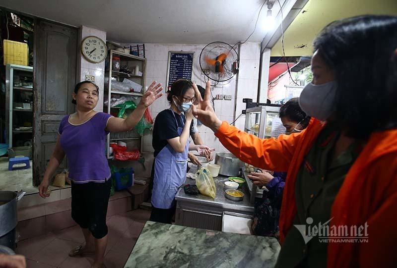 Mỗi năm 1 lần, ngã tư Hà Nội lại tắc vì món bánh cổ truyền của quán nổi tiếng