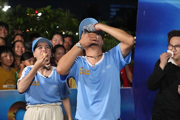 NSƯT Kim Tử Long vừa hát vừa xin quýt được chủ quán thương tình tặng luôn
