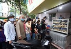 One a year, sales of famous restaurant's traditional cakes cause traffic jams at Hanoi crossroads