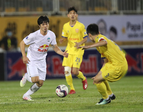 Last-minute goals, resignations and a police escort on a wild Monday in the V.league 1