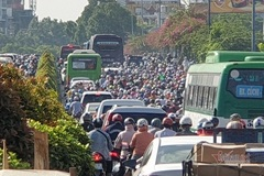 Terrible traffic jams at HCM City's northwest gateway last hours
