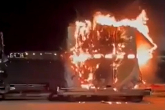 Lô hàng smartphone cháy ngùn ngụt trong sân bay