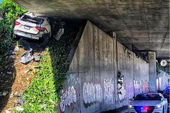 """Chạy trốn cảnh sát, xe sang Maserati """"cắm đầu"""", bẹp rúm dưới gầm cầu vượt"""