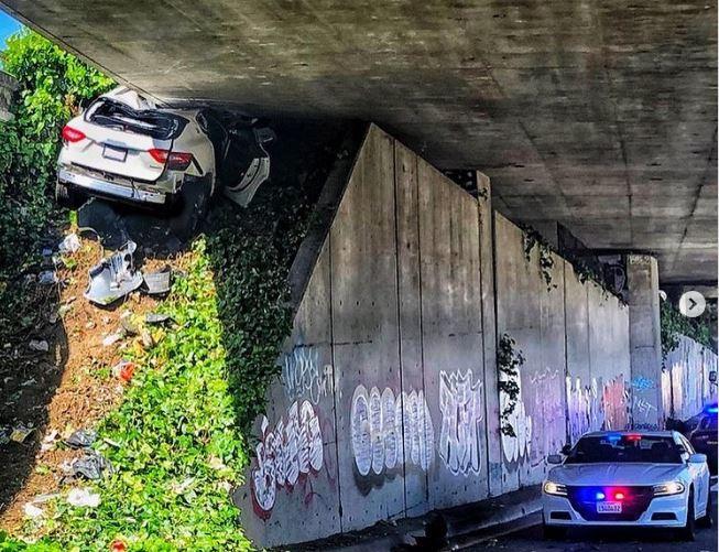 Chạy trốn cảnh sát, xe sang Maserati 'cắm đầu', bẹp rúm dưới gầm cầu vượt