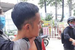 Cô gái ở TP.HCM bị 2 kẻ cướp giật điện thoại, tống tình