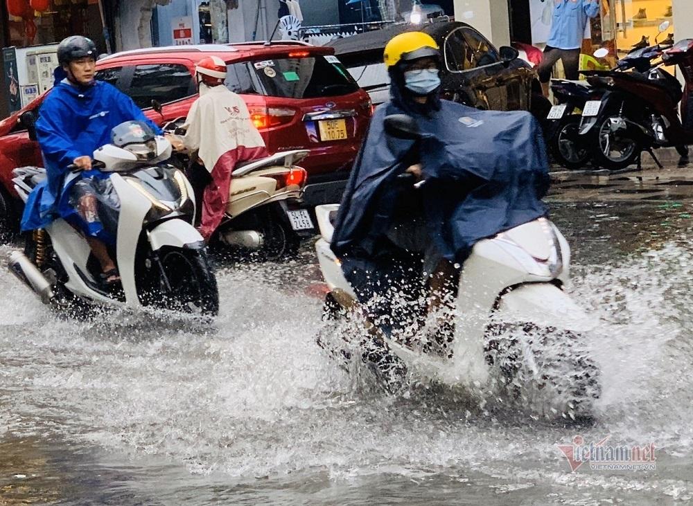 Mưa như trút, nhiều tuyến đường ở Sài Gòn ngập lênh láng