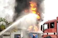 Công ty sơn ở Bình Dương chìm trong biển lửa sau tiếng nổ