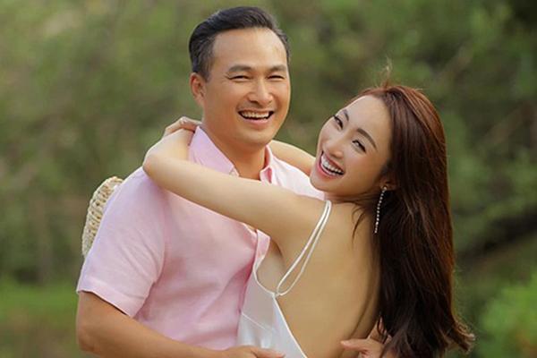 Khoảnh khắc tình tứ của Chi Bảo bên vợ kém 16 tuổi