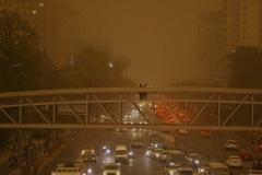 Bầu trời Bắc Kinh chuyển màu vàng ệch, bụi phủ kín thành phố