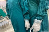 Xót cảnh bác sĩ tận dụng găng tay nilon, kim để truyền dịch phải đi mượn... ở BV Bạch Mai