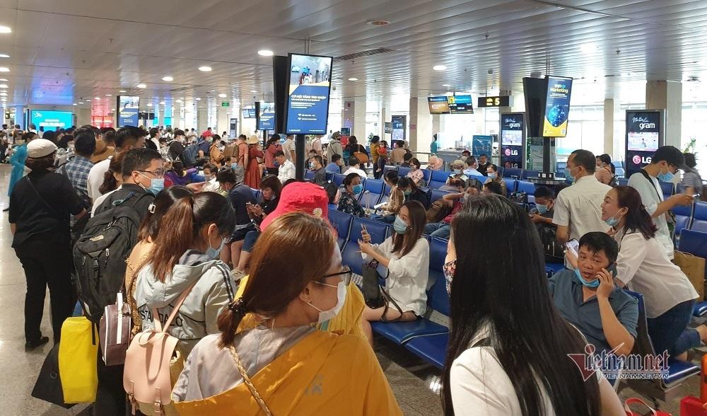 Nghìn người xếp kín đặc tầng 2 khu soi chiếu sân bay Tân Sơn Nhất