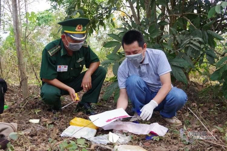 Hai đối tượng vứt 12.000 viên ma túy rồi bỏ trốn qua biên giới