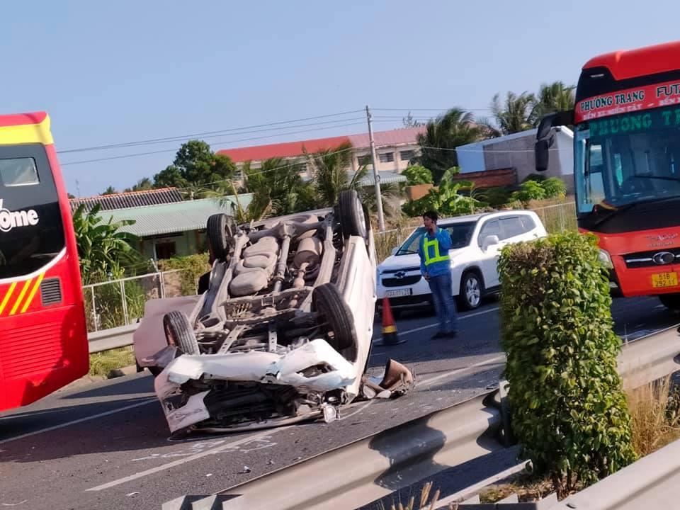 Ô tô con lật phơi bụng trên cao tốc sau va chạm với xe khách
