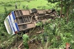 Ô tô chở công nhân lật ngửa sau cú tông xe máy, 1 người chết