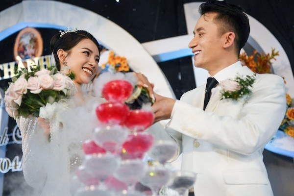 Lễ cưới của Phan Mạnh Quỳnh: Khánh Vy mặc váy gợi cảm