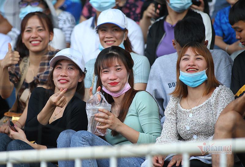 Fan nữ xinh đẹp 'đại náo' sân Pleiku tiếp lửa Công Phượng, Quang Hải
