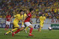 Lee Nguyễn ăn thẻ đỏ, TP.HCM trắng tay sau màn rượt đuổi 'điên rồ'