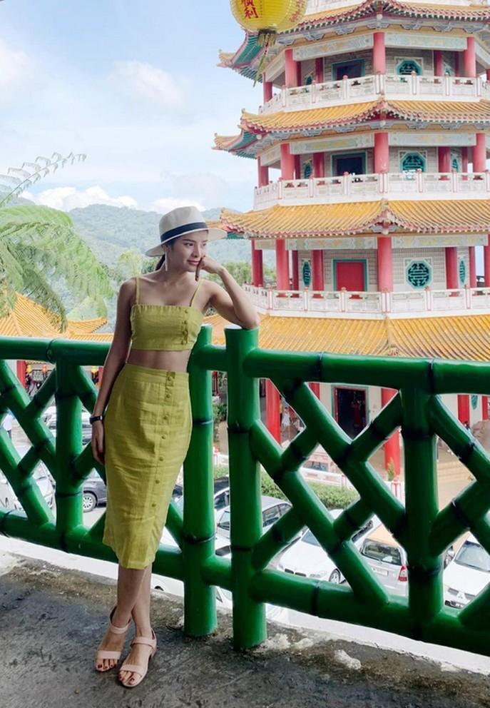 Con gái Hồ Ngọc Hà tươi rói khi được mẹ bế