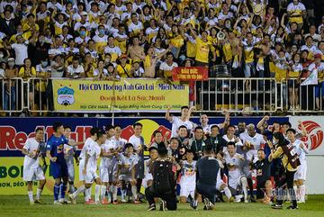 Thai coach Kiatisuk and team win most V-League awards in April