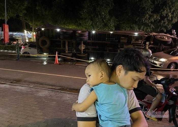 Cha ôm con trai nhảy khỏi ghế trước khi xe tải lật ngang đè bẹp