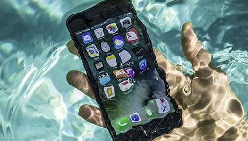 Không nên bỏ điện thoại dính nước vào thùng gạo