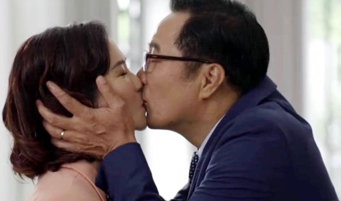Nguyệt Hằng cảm thấy ái ngại khi 'hôn' NSND Trọng Trinh - VietNamNet