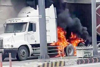 Xe container cháy ngùn ngụt trên xa lộ qua TP Thủ Đức