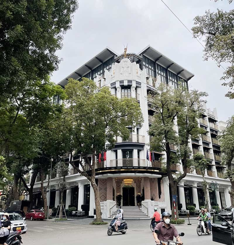 5-star hotels slash service fees to lure Vietnamese guests